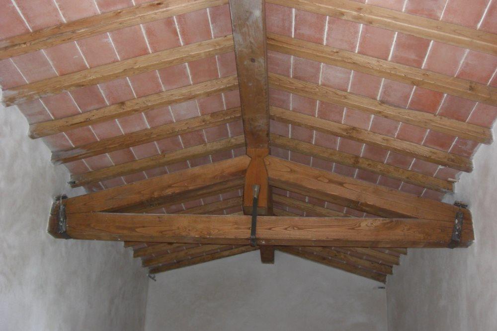 RIFACIMENTO COPERTURA  Rifacimento copertura in legno cappella cimietariale di Contignano - Comune di Radicofani (SI).